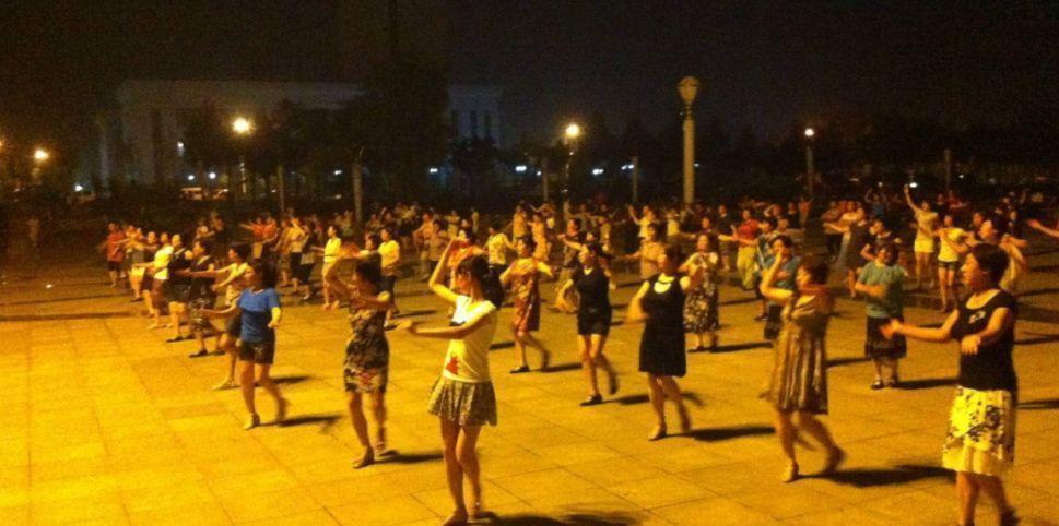 【晚8点红包】该不该在小区附近跳广场舞?