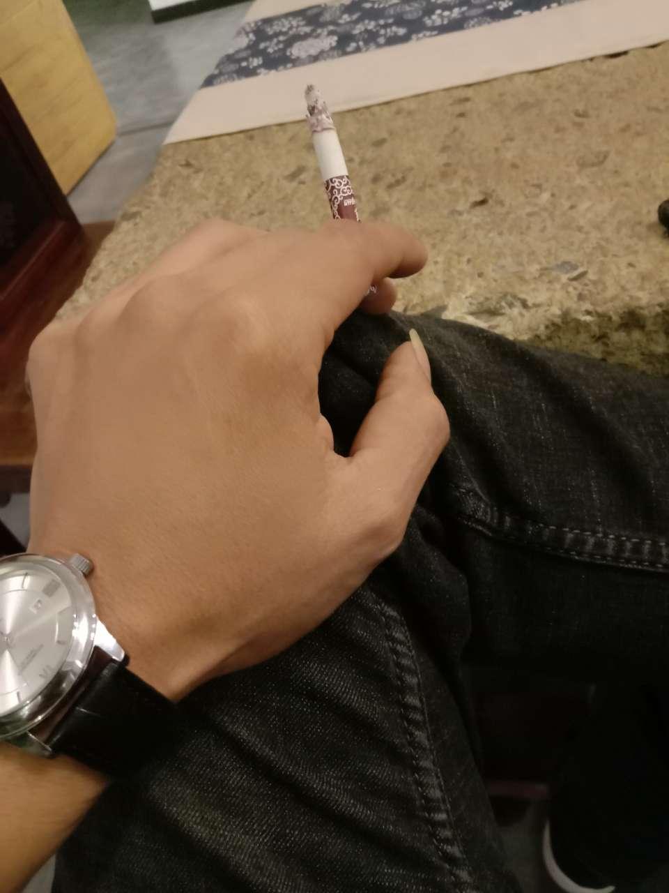 带着十元钱的手表,穿着三十元钱的裤子,抽着地上捡的烟,虚伪的一天又过去了!