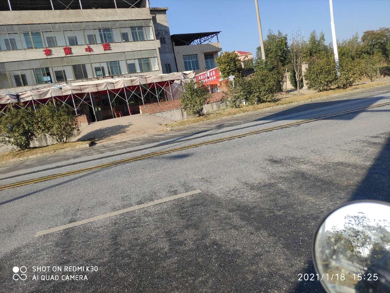 新县政府这边,路边的辅道被占用了,希望有关部门能出来调查解决下。