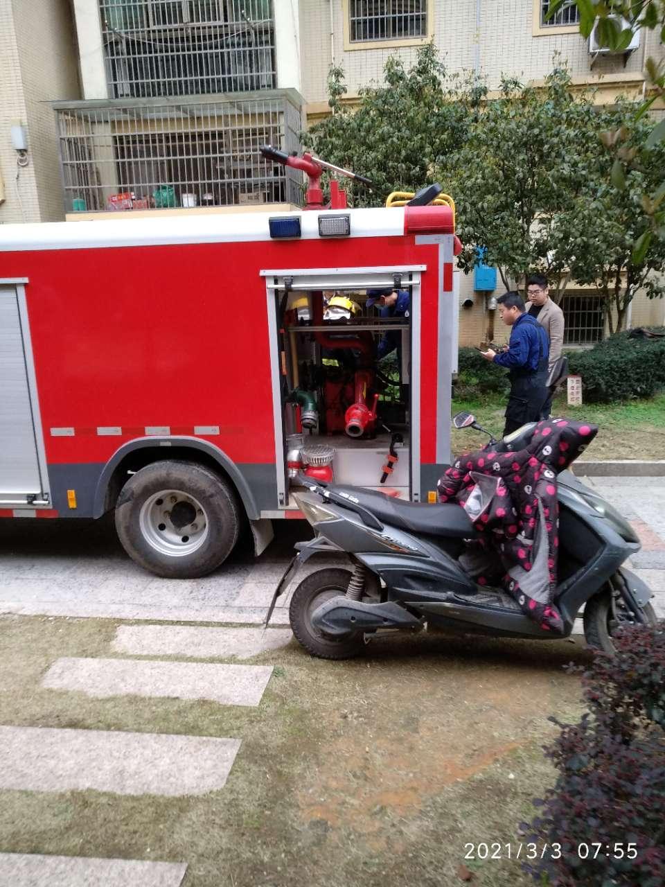 中盈小区一电梯房厨房黑烟滚滚,消防员火速赶往,现已被扑灭!