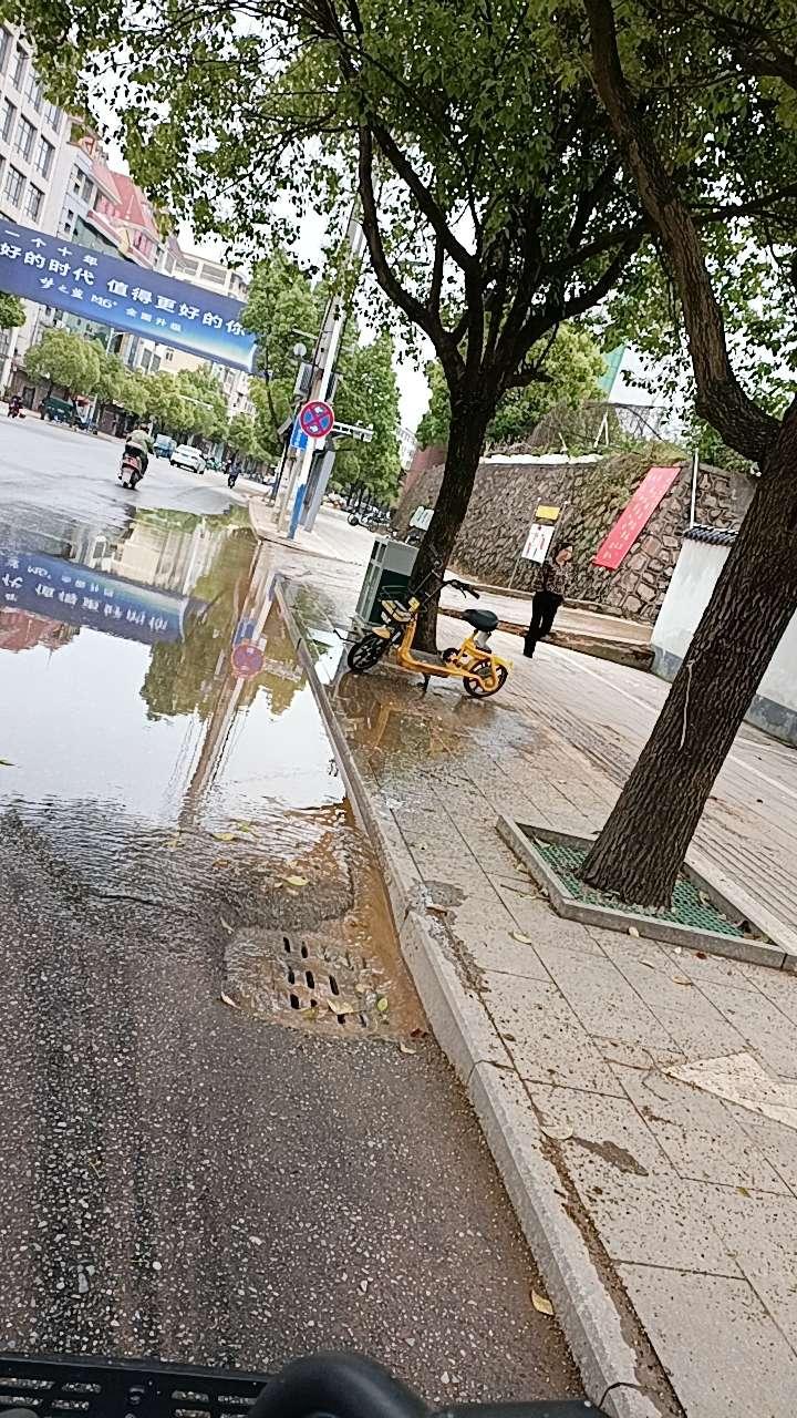 【城管局已解决】路面成河?铅山一中这里每天都这样,为什么没人管一下?