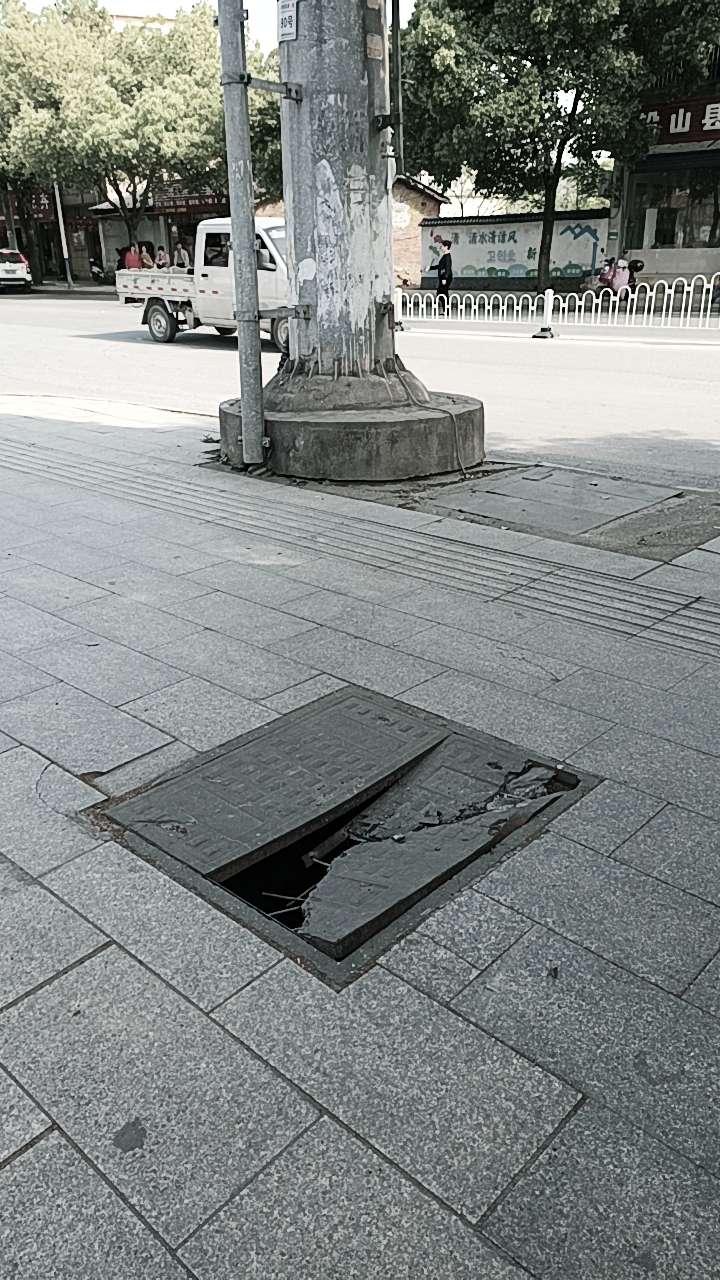 【已上报】国家电网路口这有个井盖破裂,希望相关部门尽快处理!